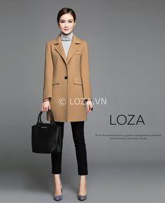 Áo măng tô dạ nữ dáng suông thể hiện cá tính trẻ trung được nhiều bạn trẻ yêu thích. MT27 là mẫu áo dạ dáng suông mới nhất mùa đông 2017 của LOZA từ chất liệu dạ ép cao cấp đanh mịn. Màu be đậm duy nhất sang trọng được nhiều người yêu thích. Kiểu Corporate Attire Women, Trench Coat Outfit, Work Dresses For Women, Long Blazer, Spring Summer Trends, Cape Coat, Plein Air, Vest Jacket, Coats For Women