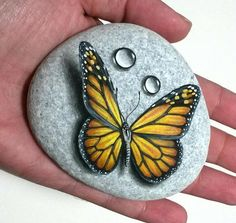 stone painting art monarch butterfly painted on natural flat sea stone with acrylics and finished with satin varnish butterfly home decor - Stone painting art monarch butterfly! Painted on natural flat sea stone with acrylics and finished - Stone Art Painting, Rock Painting Designs, Pebble Painting, Pebble Art, House Painting, Body Painting, Butterfly Painting, Monarch Butterfly, Butterfly Colors