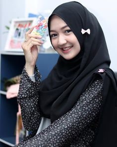 Girl in Hijab Muslim Girls, Muslim Women, Video Hijab, Beautiful Hijab Girl, Muslim Beauty, Indonesian Girls, Hijab Chic, Girl Hijab, Beauty Full Girl