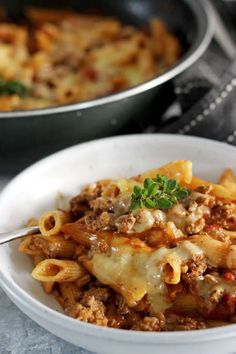 This easy, cheesy one pan mince pasta is going to be your new go-to quick weeknight meal. 30 minutes from start to finish and everything (including the pasta) is cooked in one pan! Quick Meals To Make, Quick Weeknight Meals, Easy Meals, Pasta And Mince Recipes, Meat Recipes, Pasta Recipies, Juicer Recipes, Easy Bbq Recipes, Healthy Salad Recipes