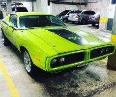 Very Green #mopar #moparornocar #moparmadness #hemi #dodge #charger #chargerrt #morninautos #soloparking #chivera (at Los Dos Caminos, Caracas.)