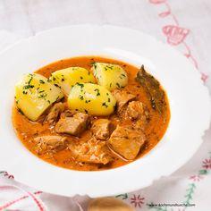 Chicken in paprika based sauce - Paprikahendl Austrian Recipes, Strudel, Thai Red Curry, Chicken, Ethnic Recipes, Food, Recipes With Chicken, Chef Recipes, Essen