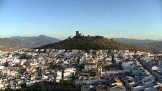 CASTLE OF SPAIN - Castillo de Teba ó de la Estrella. (Málaga). El castillo domina el curso del río Guadalteba y su campiña, a sus pies, la Villa de Teba, que mantiene sus casas señoriales, como la de la emperatriz Eugenia de Montijo, condesa de Teba. El castillo, almohade del siglo XIII, con sus 25.000 m2, sus anchos muros, su barbacana y su situación,hacían que fuese un lugar inexpugnable , y fue punto importante en la Reconquista, siendo tomado en el s. XIV por las tropas de Alfonso XI. Middle Ages, Seattle Skyline, Dolores Park, Castle, Travel, Campinas, Battle, Castles, Christians