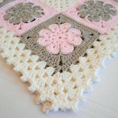 Tığ işi çiçek li battaniye örneği