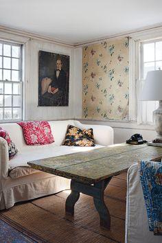 En la sala de estar, pareja de sofás de la colección Cove de John Derian inspirados en el XVIII con algodón de Cisco Brothers. Cojines y throws de Jeannette Ferrier, en su tienda. En la pared, óleo del XIX de un mercadillo de Nueva York. Mesa para niños de 1890 con lámpara de Robert Oden y teléfono de los 50.