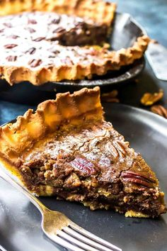 keto pecan pie with chocolate and bourbon! Chocolate Chip Pecan Pie, Chocolate Bourbon, Keto Chocolate Chips, Chocolate Tarts, Low Carb Sweets, Low Carb Desserts, Low Carb Recipes, Atkins Desserts, Pecan Recipes
