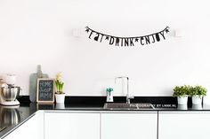 Letter banner: beautiful photo from www. Cosy Kitchen, Kitchen Dinning, Kitchen Decor, Kitchen Stuff, Black Banner, Licht Box, Diy Banner, Interior Inspiration, Home Kitchens
