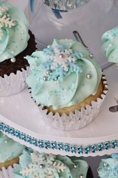 This is a great Frozen birthday party idea for a Frozen theme party. They would also be cute at a winter or Christmas baby shower! Frozen Birthday Cupcakes, Girl Cupcakes, Cupcake Party, Frozen Cake, Cupcake Cakes, Shoe Cakes, Winter Cupcakes, Frozen Baby Shower, Baby Shower Winter