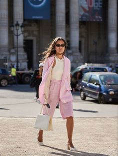 9 New Street Style Trends I've Seen All Over Paris This Week The street style crowd are out and about for Haute Couture Fashion Week in Paris right now. See what they're wearing and the trends building here. Street Style Trends, New Street Style, Looks Street Style, Looks Style, Paris Street Styles, Street Chic, Couture Week, Haute Couture Paris, Haute Couture Fashion