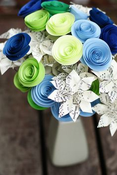 paper flowers <~ One of the prettiest paper flower bouquets I've seen! This could look cute on some tables too!!