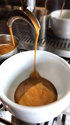 Coffee Shot, Coffee Cafe, Coffee Brewer, Coffee Drinks, Drinking Coffee, Best Coffee Grinder, Coffee Grinders, Low Acid Coffee, Café Chocolate