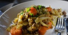 Kaalipata on mitä mainiointa syksyruokaa. Siirapilla maustettu kaalipata on hyvää, edullista ja mutkatonta kotiruokaa. Food And Drink, Beef, Chicken, Cooking, Ethnic Recipes, Easy Dinners, Napa Cabbage, Meat, Kitchen