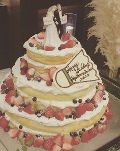 * #ウェディングケーキ は#ネイキッド です♡ * 完璧やな!!って2人で感激してました笑 崩れそうな感じでベリーたっぷり♡ #ケーキトッパー は先輩花嫁さまからお譲りしていただいたもの♡ 実際私からの逆プロポーズだったのでぴったりでした笑 * あと、チョコプレートにメッセージが書けるとのことで、何も無い方がオシャレなのは分かってたんですが、2人の共通の趣味であるバドミントンもちょこちょこ取り入れたかったのでシャトル型でお願いしました * 見た目だけでなくとーーーーっても美味しいケーキでした * * (^^)#結婚式#披露宴#ウェディング#wedding#ケーキ#ネイキッドケーキ#ナチュラルウェディング#手作りウェディング#結婚式の思い出にひたる会 #プレ花嫁#プレ花嫁卒業 #卒花 Goodies, Birthday Cake, Desserts, Wedding, Instagram, Food, Sweet Like Candy, Tailgate Desserts, Valentines Day Weddings
