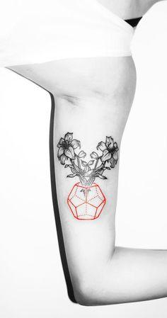 Les tatouages rouges et noirs minimalistes de Kaiyu Huang  2Tout2Rien