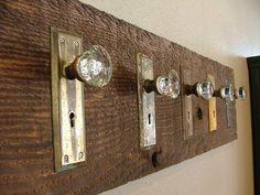 DIY DOOR KNOB HOOK RACK :: Have to do this ... with my vintage drawer pulls as well. | #doorknob #doorplate #crystalknob