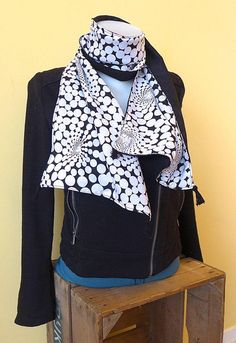 Joli foulard ou étole élégant(e)   tissus noir brillant et noir à pois 9cf1a0eae5f