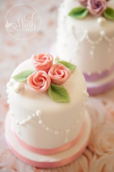 Easy decorations for petit fours Pretty Cakes, Beautiful Cakes, Amazing Cakes, Mini Wedding Cakes, Wedding Cupcakes, Fondant Cakes, Cupcake Cakes, Little Cakes, Small Cake