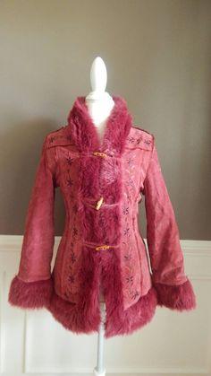 Chaqueta vintage de piel gamuza color de rosa caliente capa de ShopVoxVintage en Etsy https://www.etsy.com/es/listing/464761850/chaqueta-vintage-de-piel-gamuza-color-de