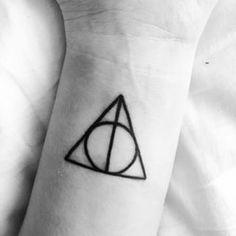 Ce clin d'œil tout simple à Harry Potter et les Reliques de la Mort: | 32 magnifiques tatouages que seuls les cinéphiles comprendront