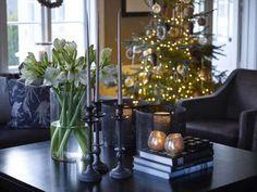 Innbydende. Når familien inviterer til pinnekjøttlag siste lørdag før jul, er det her aperitiffen inntas. Berit pynter alltid med hvite blomster i desember, blant annet amaryllis og juleroser. I tillegg er det raust med levende lys på alle bord. Bordet er fra Slettvoll, den brune sofaen fra Stordal og stolene fra Furninova. Classy Christmas, Christmas Time, Xmas, Cottage Christmas, Christmas Decorations, Table Decorations, Interior Inspiration, Furniture, Winter