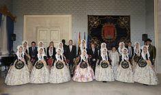 Foto oficial junto a la Bellea del Foc, Carmen Caballero y la Bellea del Foc Infantil,  Daniela Guzzardo y sus damas de honor