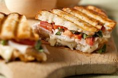 Si vous aimez la bruschetta, vous adorerez ce sandwich grillé. Dinde tranchée, havarti, basilic et tomates garnissent délicieusement ce petit délice.