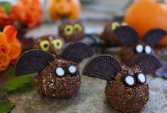 Jaaaay, nu närmar sig halloween. En rolig amerikansk tradition som blir allt större även här i lilla Sverige. Prova då att bjuda på dessa fladdermöss och spindlar. Du kommer definitivt bli poppis. För fler tips inom mat- & bakning följ mig på insta @jennysmatblogg Det här behöver du : … Läs mer Halloween Snacks, Fika, Food And Drink, Desserts, Ideas, Tailgate Desserts, Deserts, Postres, Dessert