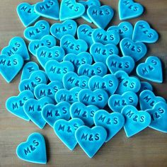 Podziękowania dla gości magnesy ślubne  Zestaw 50 ceramicznych magnesów w postaci przepięknych turkusowych serduszek z inicjałami. Wykonane ręcznie z białej gliny, pokryte przepięknym, błyszczącym turkusowym szkliwem crackle (efekt spękanego szkła).  Magnesy są dostępne w butiku Madame Allure.