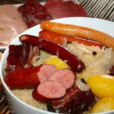 La choucroute est une recette traditionnelle allemande de chou en saumure servi avec des saucisses, de la charcuterie et des pommes de terre.