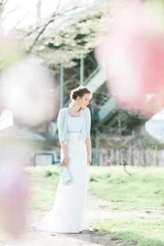 noni noni Brautkleider 2016 | romantisches Boho Brautkleid mit Pünktchen besticktem Tüll, zarte, tranpsarente Träger mit Punkten (www.noni-mode.de - Foto: Le Hai Linh)