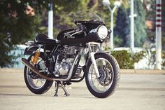 Fancying turning your Royal Enfield Continental GT into a racebike? This new kit from the French dealer Tendance Roadster is just the ticket. Moto Cafe, Cafe Bike, Motorcycle Types, Motorcycle Bike, Classic Motorcycle, Rock And Roll, Norton Manx, Bike Friday, Bobber Custom