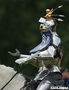 Armadura completa de estilo gótico - Reconstrucción Knight In Shining Armor, Knight Armor, Medieval Knight, Medieval Armor, Arm Armor, Body Armor, Gothic Themes, Armadura Medieval, Medieval Costume