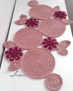 Study In Circles Crochet Motif Table Runner Pattern Crochet Mat, Crochet Carpet, Crochet Table Runner, Crochet Tablecloth, Crochet Round, Crochet Home, Crochet Crafts, Crochet Stitches, Crochet Projects