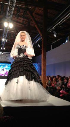 Musta morsiuspuku voi olla yhtä juhlava ja häämäinen kuin vaalea! Puku Annie Couture-mallistostamme.
