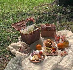 Imagen de aesthetic, food, and picnic Nature Aesthetic, Summer Aesthetic, Aesthetic Food, Disney Aesthetic, Beige Aesthetic, Picnic Date, Summer Picnic, Spring Summer, Fotografia Retro