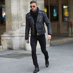 Perfecto en cuir porté avec un foulard noir  #style #menstyle #mensfashion #streetstyle #perfecto #leather #jacket #scarf #look #mode #homme #echarpe #cuir