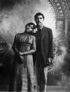 couple, photo by Manuel Alvarez Bravo Fotografia Post Mortem, Old Pictures, Old Photos, Vintage Photographs, Vintage Photos, Vintage Postcards, Post Mortem Pictures, Art Nouveau, Mexican Revolution