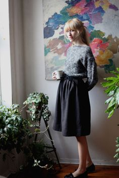 Gray oversized outfit, painting