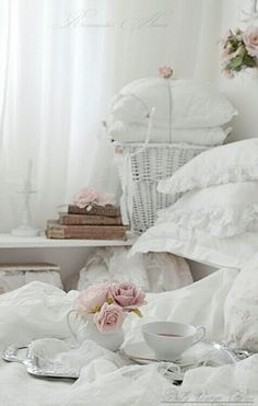 Breakfast in bed, writer's best way not to forget a dream or morning inspiration