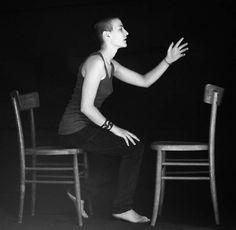 Per chi scrive il poeta? - Carezza, nella serie Chairs (2011), autoscatti di Cristina Pedratscher – Profezia privata