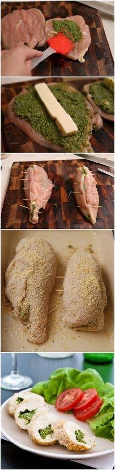 Ideias simples para o almoço? Molho pesto, mussarela e peito de frango! Simples…