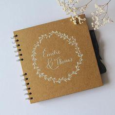 Pour un mariage unique, proposez à vos invités un livre dor personnalisé avec les prénoms des mariés. Confiez-moi les prénoms des amoureux et je calligraphie ces éléments à la main à la plume à lencre blanche sur un très joli carnet en kraft.