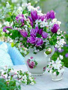 Flowers and Gardens Flowers Nature, Fresh Flowers, Beautiful Flowers, Beautiful Flower Arrangements, Floral Arrangements, Ikebana, Photo Bouquet, Tulip Bouquet, Purple Tulips