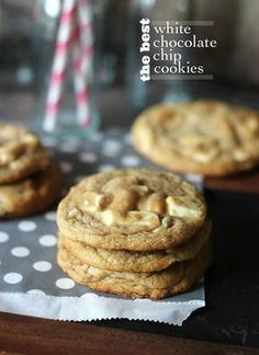 These are the Best White Chocolate Chip Cookies ever! Buttery and soft cookies loaded with white chocolate chunks and crisp around the edges. Best White Chocolate, White Chocolate Chip Cookies, Chocolate Blanco, Chocolate Chocolate, Just Desserts, Delicious Desserts, Yummy Food, Homemade Cookies, Yummy Cookies
