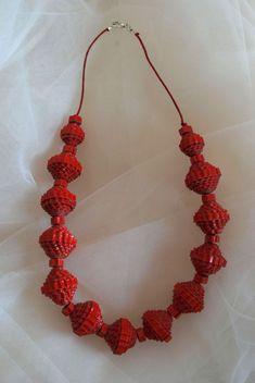 Collana TELL_ROSSO: 27 elementi, cartone ondulato rosso tagliato a mano, filo di cotone cerato, colla vinilica, chiusura senza metallo