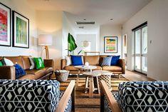 Lukuunottamatta ihmeelisiä pieniä pöytiä niin tuollainen sohvaryhmä kombinaatio ja koko huone on hieno ja rauhallinen