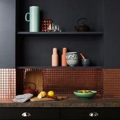 Pinterest : une crédence de cuisine qui nous inspire en gris anthracite et cuivre.