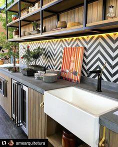 Uma cozinha com estilo marcante. Um mix de rustico e moderno. | A kitchen with a striking style. A mix of rustic and modern.