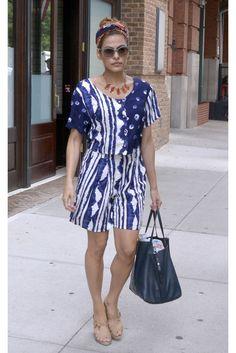 Eva Mendes Vestido de estampado étnico azul y blanco, turbante estampado y bolso de piel. Imita su look.