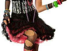 mode année 1980 femme le look typique de l'époque disco et rock collants noirs déchirés et cheveux couleurs flamme